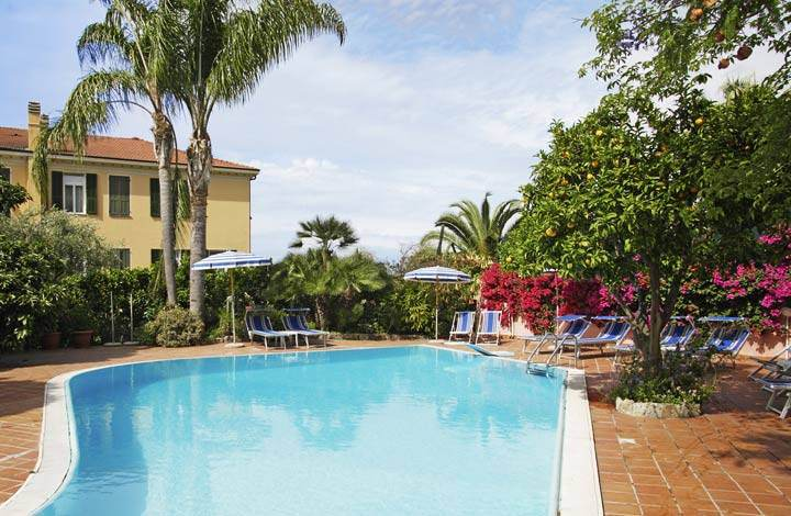 Hotel with outdoor swimming pool in Bordighera. How about an invigorating swim?